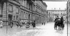 (#73) ulica Wojciecha Bogusławskiego podczas powodzi, widoczny… mężczyzna w kajaku
