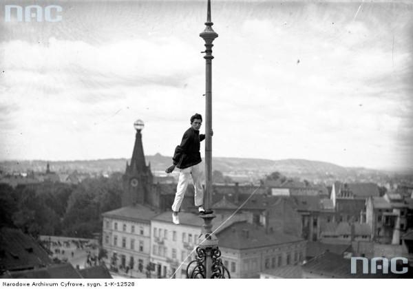 Feliks Nazarewicz na iglicy w centrum miasta. W tle widoczny Dom Pod Globusem.