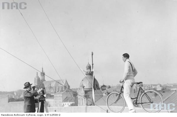Feliks Nazarewicz pozujący do zdjęć na dachu Pałacu Prasy.