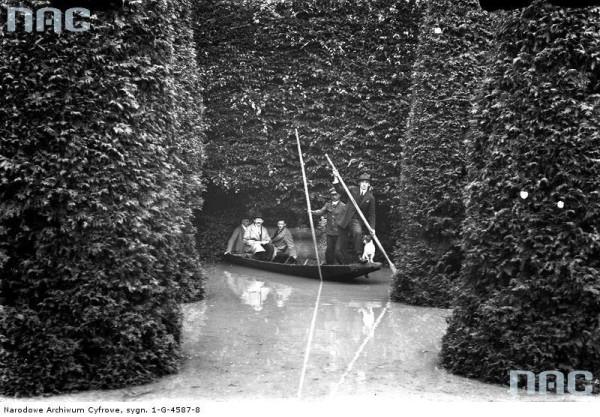 Panowie w łódce w Parku Jordana podczas powodzi w 1925 roku.
