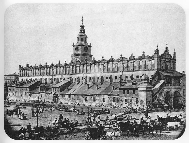 Sukiennice po wyburzeniu Kramów Bogatych, ale przed rozpoczęciem remontu. Fot. Ignacy Krieger (1870 rok)